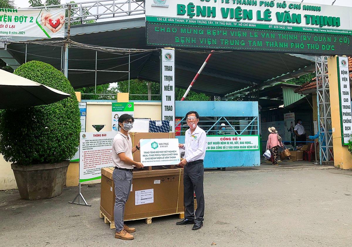 Van Phuc Group tặng máy xét nghiệm Covid-19 tự động cho 2 bệnh viện tại Thủ Đức